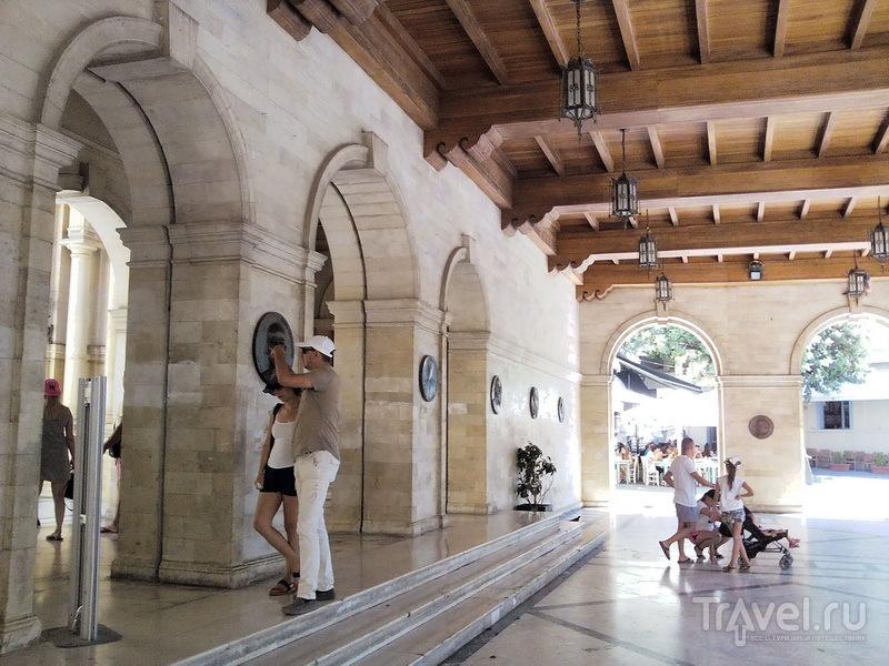 Ираклион, старинное здание в визайнтийском стиле / Греция
