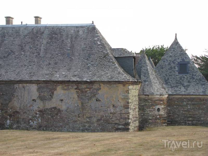 Прогулка по замковому двору / Франция