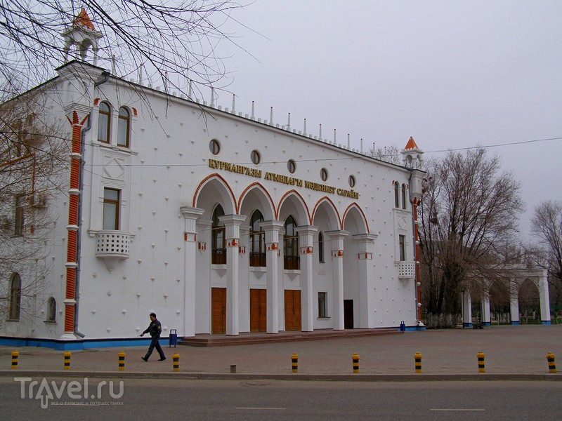 Казахстан. Атырау. Близ Дворца Курмангазы / Казахстан