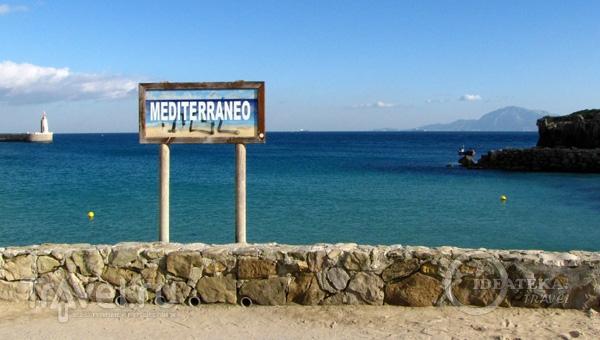 Указатель Средиземного моря в Тарифе, Испания / Фото из Испании