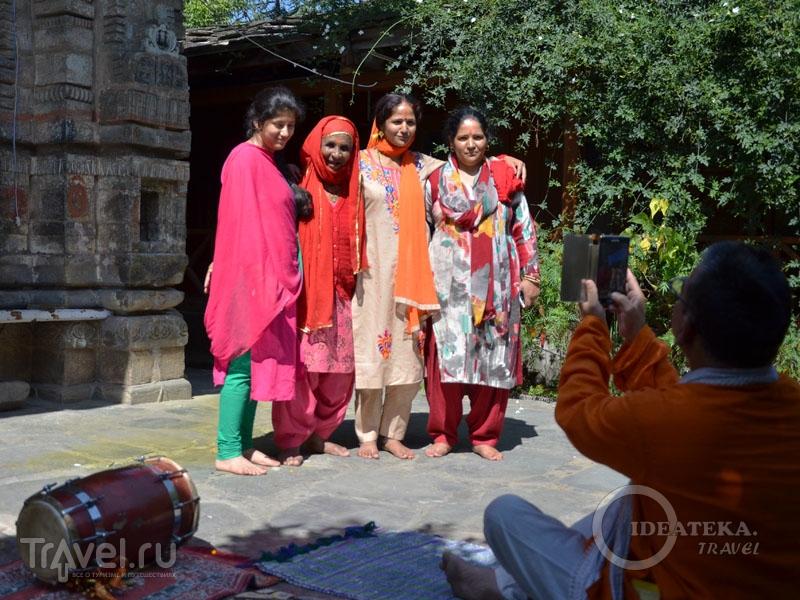 Женщины в праздничных шальвар-камисах / Фото из Индии