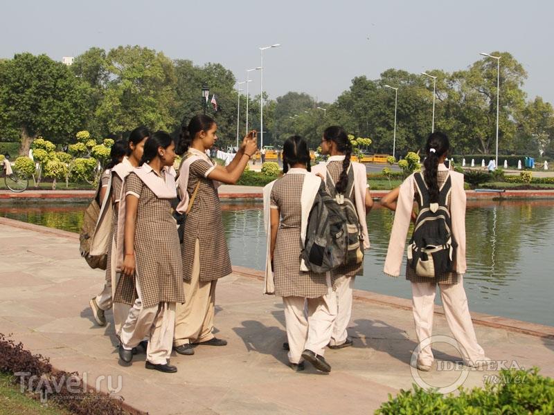 Школьницы в форменных шальвар-камисах / Фото из Индии