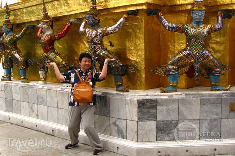 Туристка в храмовом комплексе у королевского дворца в Бангкоке / Фото из Таиланда