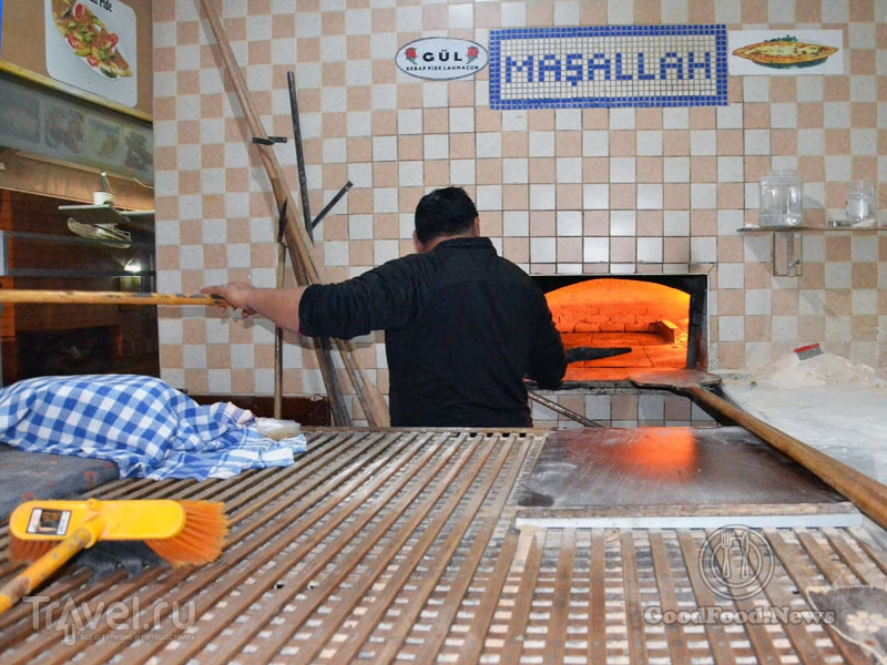 Как пекут хлеб в ресторане Gül Pide / Фото из Турции