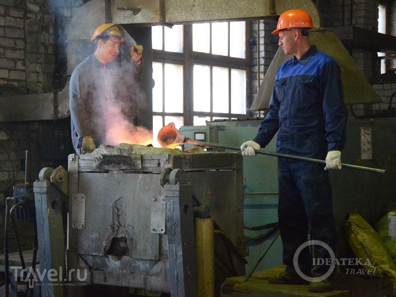 Рабочие на колокольном заводе в Тутаеве / Фото из России