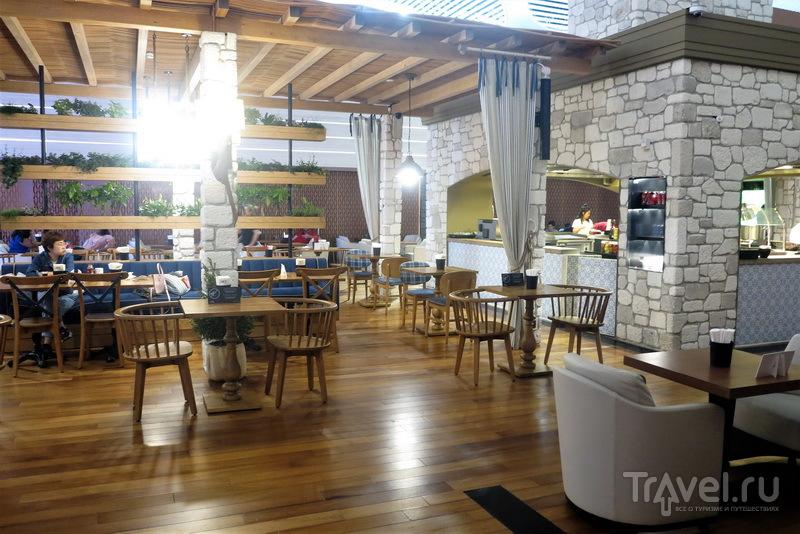 Общий зал у стоек горячей еды, Miles&Smiles Lounge / Турция