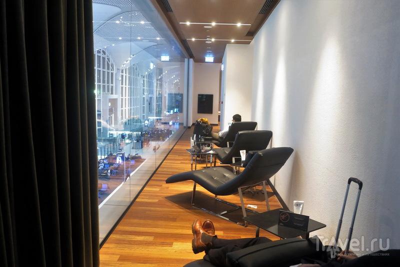 Полулежачие кушетки с некоторым обзором перрона, Business Lounge / Турция