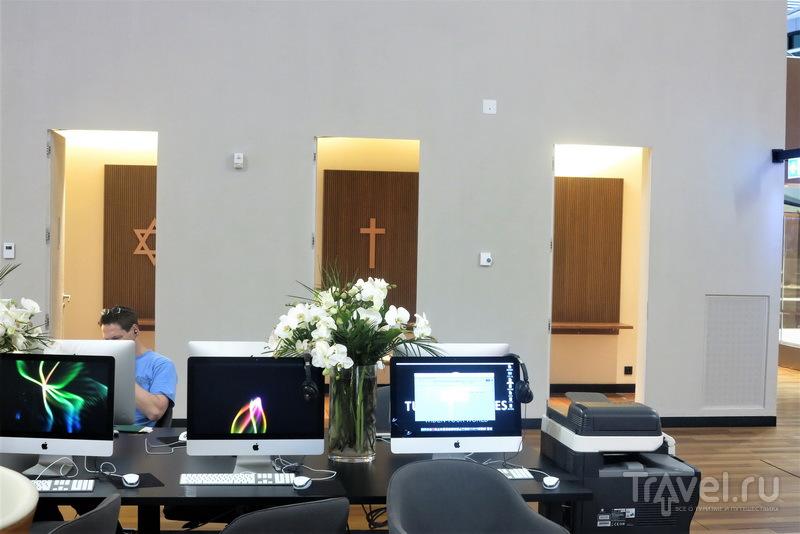 Компьютеры с принтером и входы в молельные комнаты, Business Lounge / Турция