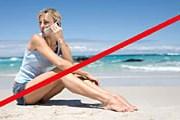 Звонки мобильных мешают отдыхающим. // GettyImages