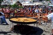 Изготовление гигантской паэльи на пляже в Торремолиносе. // andaluciaimagen.com