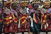 Маски и костюмы участников фестиваля впечатляют. // himalayankingdomtour.com