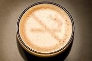 Запрет на курение в кафе отпугивает посетителей. // GettyImages / Brendan Smears