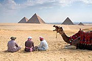 Ничто не помешает туристам созерцать пирамиды. // Grant Faint
