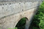 Древнеримский мост-акведук Pont d'Ael - одна из достопримечательностей маршрута. // aymavilles.vda.it
