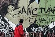 Кусок колючей проволоки Берлинской стены - самый молодой экспонат музея. // Reuters