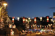 Улицы кипрской столицы украшены праздничной иллюминацией. // Cornel, Google.com