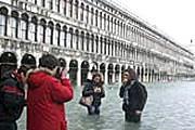 Немногие туристы отваживаются выйти на улицу. // Reuters