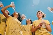 В жару необходимо пить больше жидкости. // GettyImages