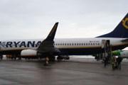 Пассажиры, идущие от самолета Ryanair к терминалу // Travel.ru