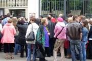 Многие люди, отстояв очередь, уходят без визы. // telegraf.lv