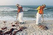 Пляжи оперативно очищают от нефтяных сгустков. // GettyImages
