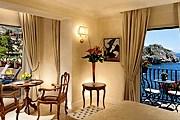 Полюбоваться морем можно из каждого номера отеля. // hotelvillasantandrea.com