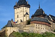 Замок расположен на скале. // bron-service.ru