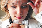 Вода из-под крана чище, чем в бутылках - уверяют специалисты. // aif.ru