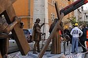 В Ватикане появились бронзовые фигуры Крестного пути. // patheos.com