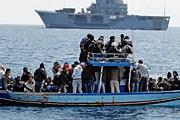 Суда, переполненные беженцами, продолжают причаливать к острову. // daypic.ru
