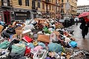 Неаполь по-прежнему завален мусором. // juventus.theoffside.com