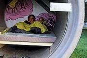 В номере есть двуспальная кровать и ночник. // news.travel.aol.com