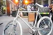 Велосипеды-призраки напоминают об осторожности. // wn.com