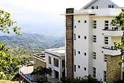 Отель расположен на горном склоне. // rimmountain.com