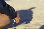 Окурки загрязняют пляжи. // cigarettesreviews.com