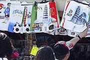 За продажу эротических сувениров торговцам Пизы грозит штраф. // AFP