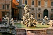 Неизвестный отколол куски от скульптур фонтана Мавра. // wikipedia.org