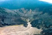Гора Tangkuban Perahu выглядит как перевернутая лодка. // indoattractions.com