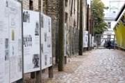 Основная часть выставки - мемориальная стена. // d-fakti.lv
