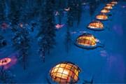 Стеклянные иглу ждут гостей в комплексе Igloo Village Kakslauttanen. // kakslauttanen.fi
