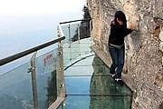 Стеклянная тропа над пропастью – развлечение для смелых. // China Foto Press