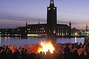 В Вальпургиеву ночь по всей стране горят костры. // VisitSweden