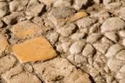 Туристы разбирают брусчатку на древнеримских дорогах. // ALAMY