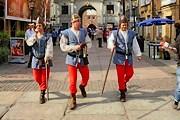 Стражи в исторических костюмах следят за порядком. // torun.radioplus.pl