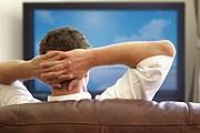 Заказывать туры можно прямо при просмотре телепередач. // iStockphoto / BrianAJackson