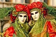 Во время сезона карнавалов проводятся шествия и маскарады. // gondolataim.abbcenter.com