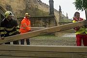 В Праге устанавливают заграждения от воды. // AFP