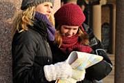 Туристы не часто интересуются картой мира. // iStockphoto