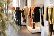 Чаще всего туристы покупают одежду. // iStockphoto