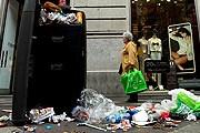 Урны в испанской столице переполнены. // news24.com